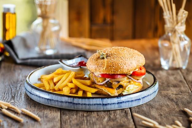 Burger gastronomique serti de frites sur une belle assiette