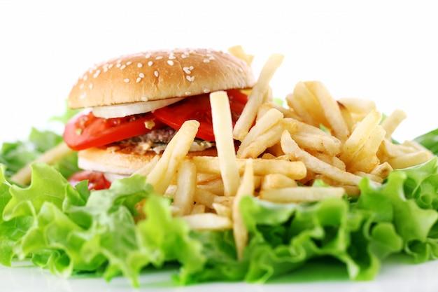 Burger grand et savoureux avec des frites