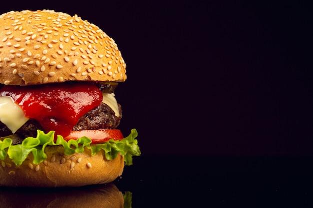 Burger gros plan sur fond noir