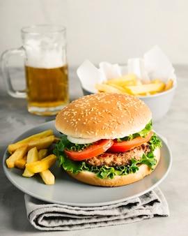 Burger en gros plan avec frites sur assiette