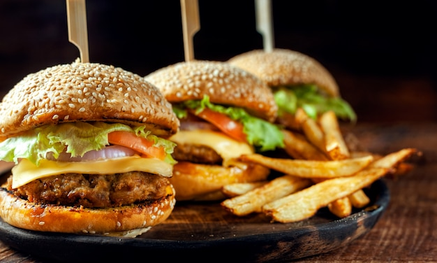Burger maison délicieux délicieux sur une plaque en bois