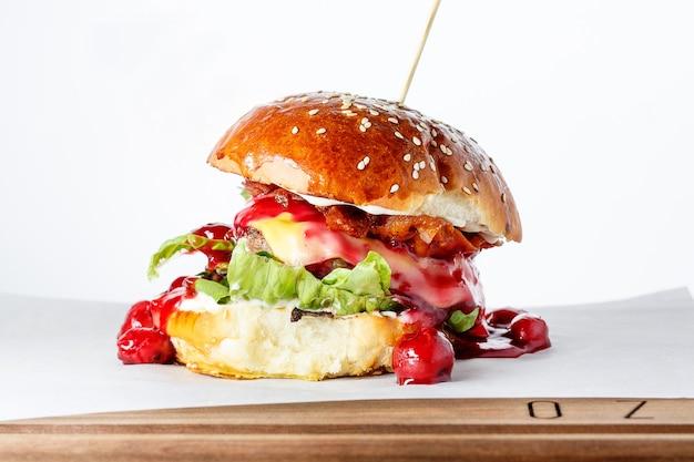 Burger moderne sur une surface blanche.
