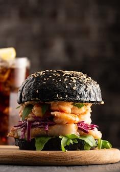 Burger noir au poisson et aux crevettes, fishburger aux crevettes