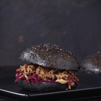 Burger noir aux ragoûts
