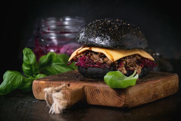 Burger noir avec des ragoûts