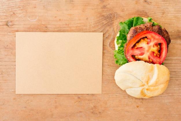 Burger à plat sur ardoise avec carton