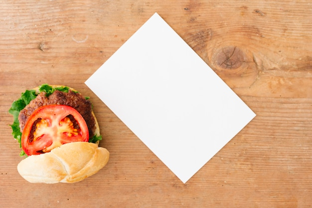 Burger à plat avec maquette du menu