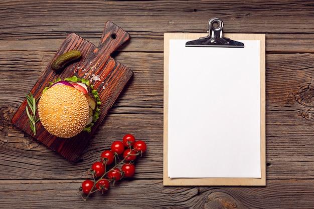 Burger à plat avec presse-papiers de maquette