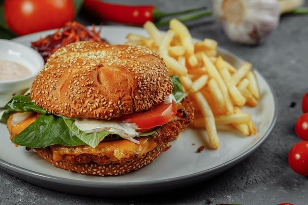 Burger de poisson frais et frit aux légumes