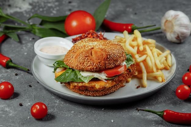 Burger de poisson frais et frit avec des légumes.