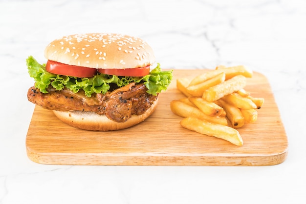 Burger de poulet grillé avec frites