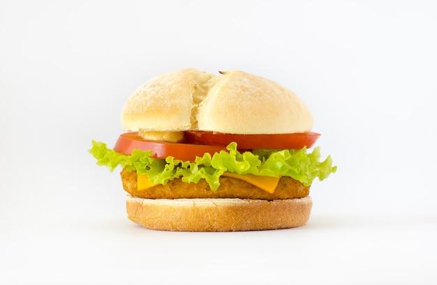 Burger de poulet avec laitue, tomates et cheddar
