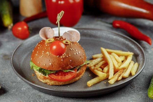 Burger pour enfants en forme de souris. burger du menu enfant avec frites et sauce.