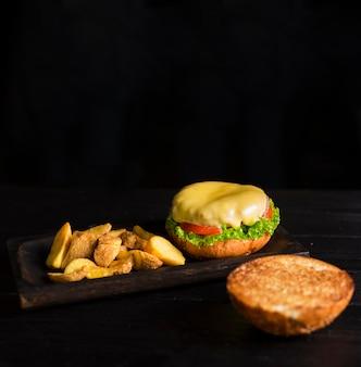 Burger prêt à être servi avec frites