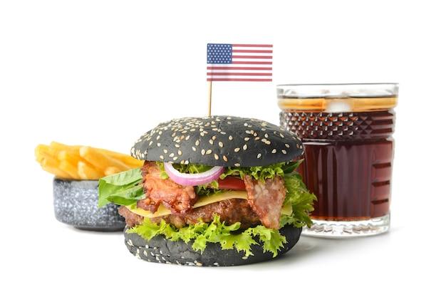 Burger savoureux avec pain noir, frites et boisson au cola sur blanc