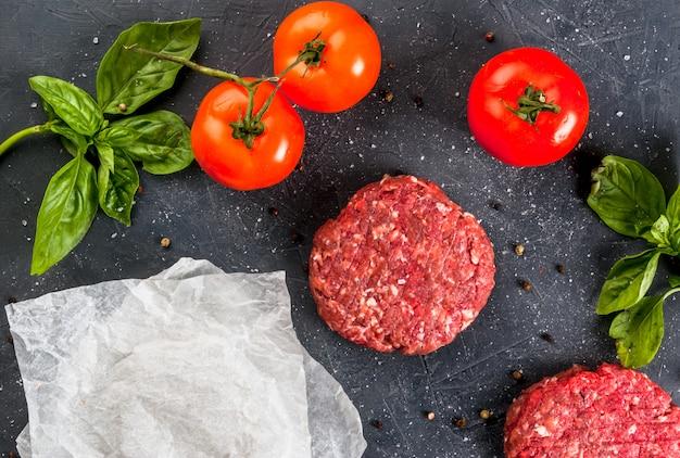 Burger de steak de boeuf haché cru frais