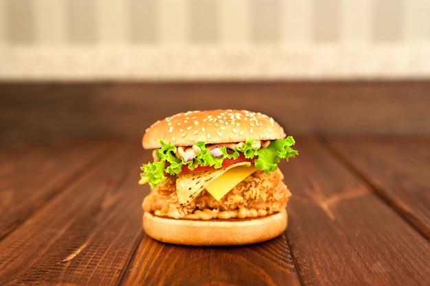 Burger sur une surface en bois