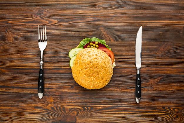Burger végétalien avec couteau et fourchette