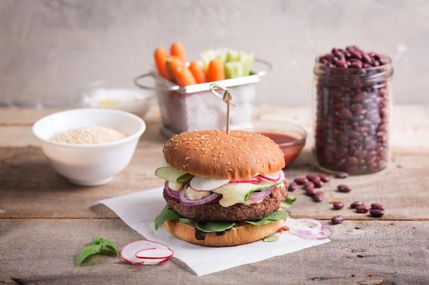 Burger végétarien aux haricots et quinoa avec légumes frais
