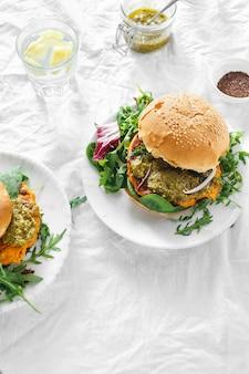 Burger végétarien échalote d'épinards citrouille roquette pesto vue de dessus des aliments sains