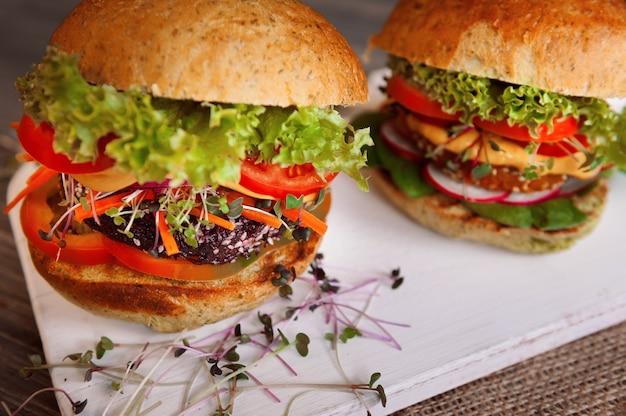 Burger végétarien sur fond de bois noir
