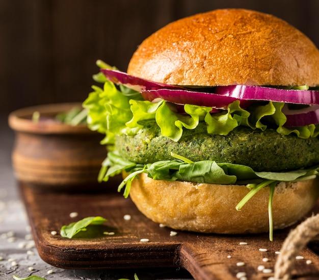 Burger végétarien gros plan sur une planche à découper