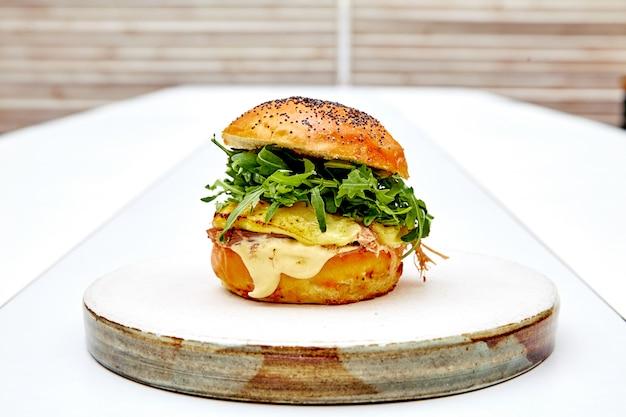 Burger végétarien à la roquette sur fond blanc