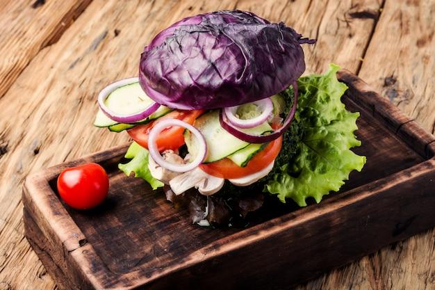 Burger végétarien sur une table en bois