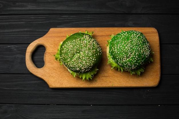 Burger vert frais sur fond noir