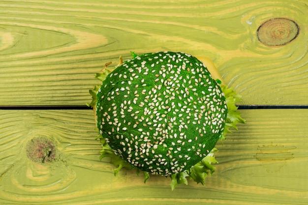 Burger vert frais sur fond vert