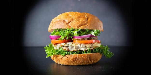 Burger viande délicieux sandwich aux escalopes grillées et légumes portion