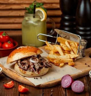 Burger de viande avec frites