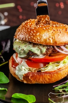 Un burger à la viande juteuse avec une grosse côtelette.