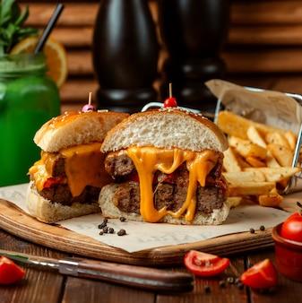 Burger de viande avec pommes de terre frites