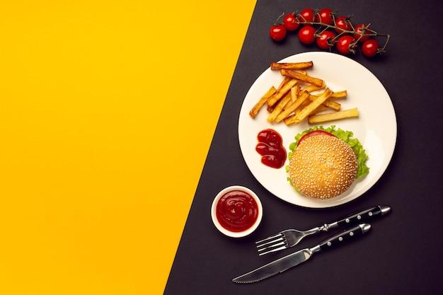 Burger vue de dessus avec des frites sur une assiette