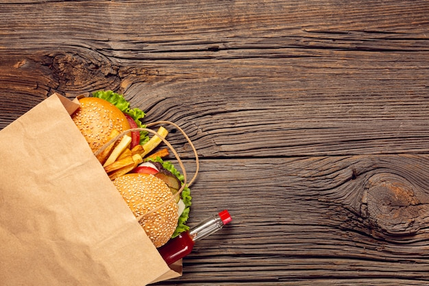 Burger vue de dessus avec des frites dans un sac