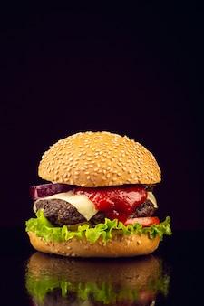 Burger vue de face avec fond noir