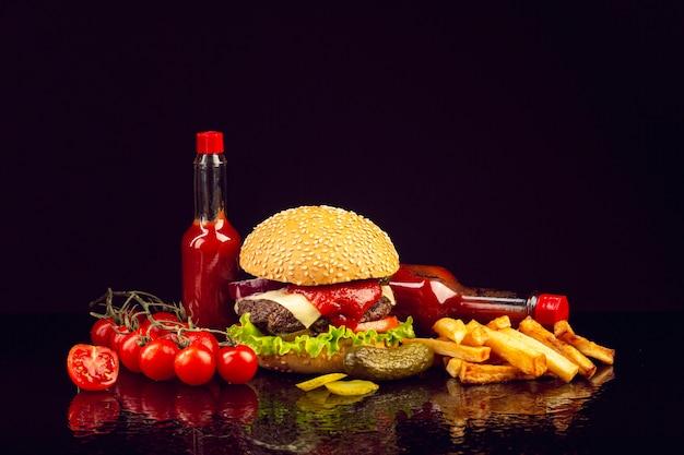 Burger vue de face avec des frites