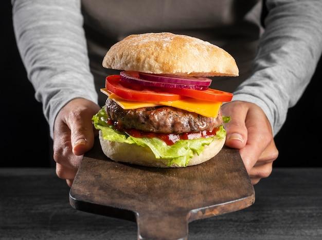 Burger vue de face avec des légumes et de la viande