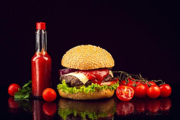 Burger vue de face avec tomates cerises