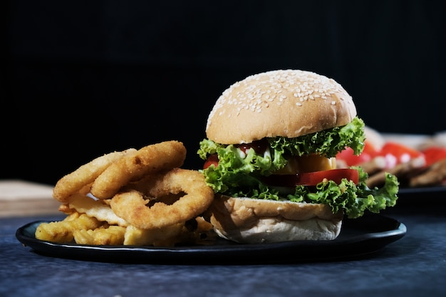 Burgers au fromage, rondelles d'oignon et frites