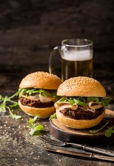 Burgers de boeuf vue de face avec bacon et bière