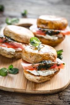Burgers de champignons avec jambon, fromage à la crème et sauce à la menthe