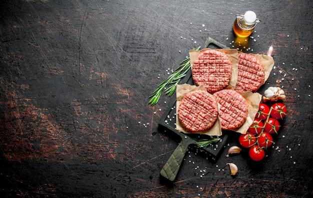 Burgers crus aux tomates, romarin et huile