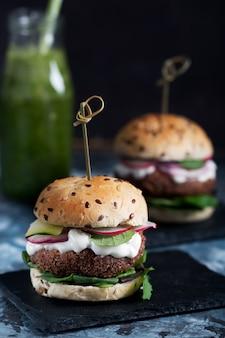 Burgers de falafels végétariens aux légumes frais