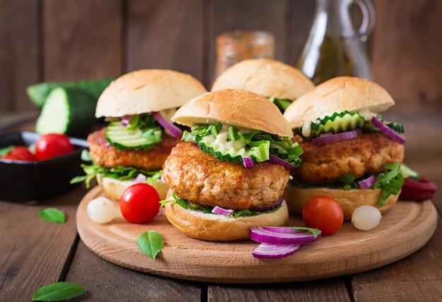 Burgers de poulet épicés juteux à la mode asiatique - sandwich