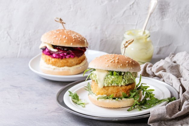Burgers végétaliens à l'avocat, betterave rouge et sauce