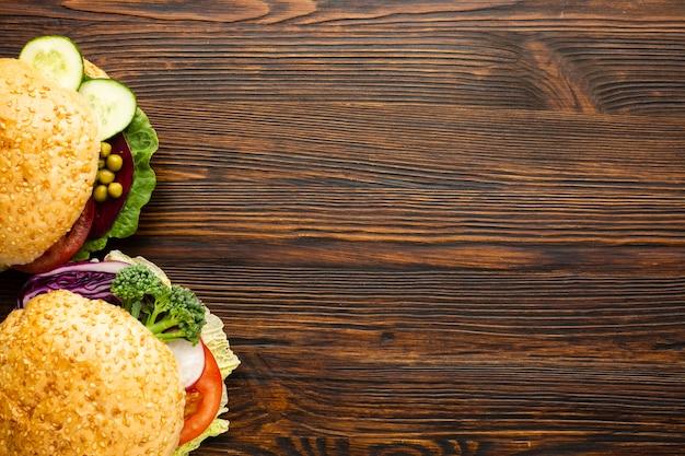 Burgers végétaliens avec espace de copie