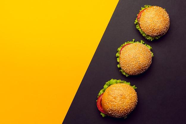 Burgers vue de dessus avec espace de copie