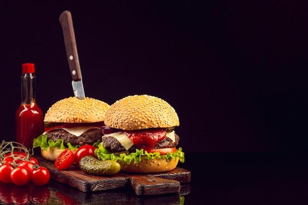 Burgers vue de face avec fond noir